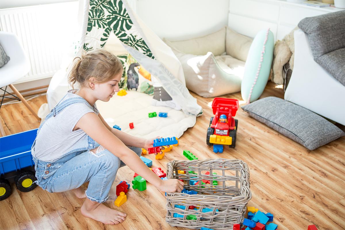 dziecko sprzątające klocki