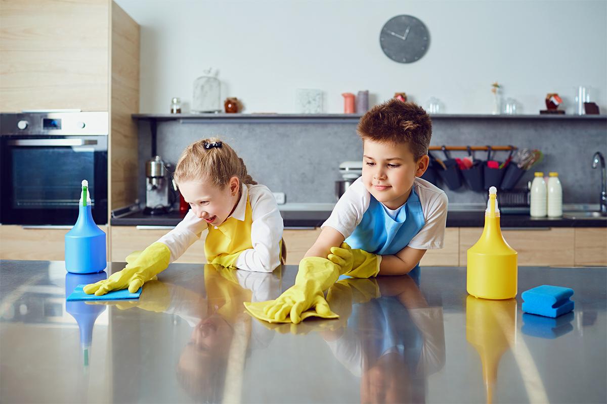 dzieci sprzątające kuchnię
